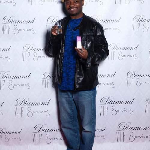 Berry_holding_perfume_bottle_business_expo-0e9b1ef112e0c0aa155df482da764a8